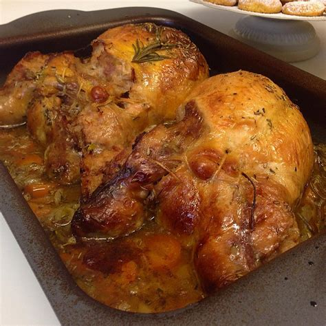 ricette per cucinare la faraona faraona ripiena la ricetta al forno con salsiccia e nocciole