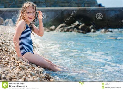 ragazza in costume da bagno ragazza felice bambino in costume da bagno che si