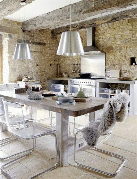 Beau Mur En Pierre Apparente Interieur #4: 1-jolie-cuisine-avec-mur-imitation-pierre-et-chaises-transparentes-et-table-en-bois-lustre-gris.jpg