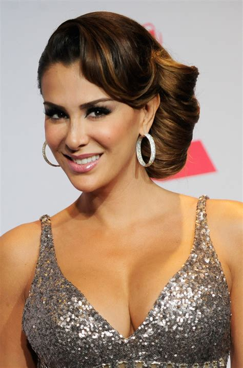 ninel conde how to do a side french twist ninel latin grammys conde