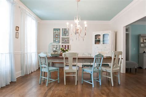 the right wall to paint an accent color the decorologist