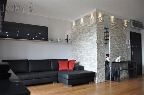 arredare mansarda open space open space con parete in geopietra e specchio ed elegante