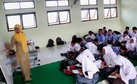 Meja Belajar Di Bekasi peralihan wewenang bikin siswa sekolah belajar sambil lesehan
