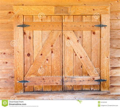 Log Cabin Homes Interior volets en bois de fen 234 tre avec des charni 232 res de fer