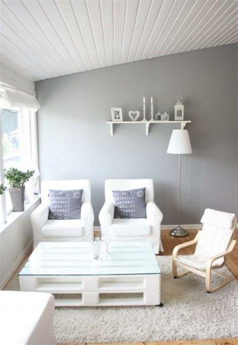 Supérieur Salon De Jardin Design Blanc #3: La-table-basse-palette-roulettes-blanc-canapés1.jpg
