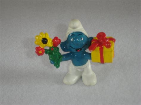 vintage 1978 gift smurf with flowers and presents 20040 by