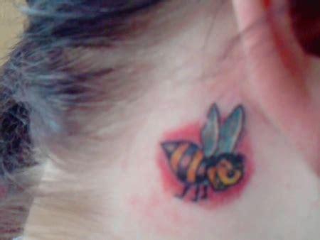 tattoo am finger verschwommen stormy mein bienchen tattoos von tattoo bewertung de