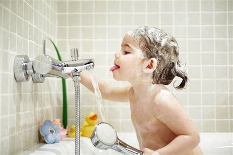 ducharse con fiebre 191 con qu 233 frecuencia hay que ba 241 ar a los ni 241 os mam 225 s y