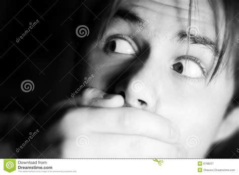 la mano sulla uomo spaventato con la mano sulla bocca immagine stock