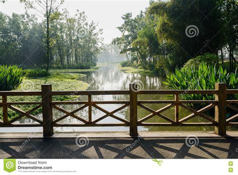 barandilla de un puente barandilla de madera del puente sobre el r 237 o por ma 241 ana
