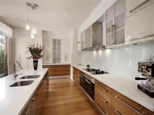 white galley kitchen ideas le 25 migliori idee su piani cucina in legno su