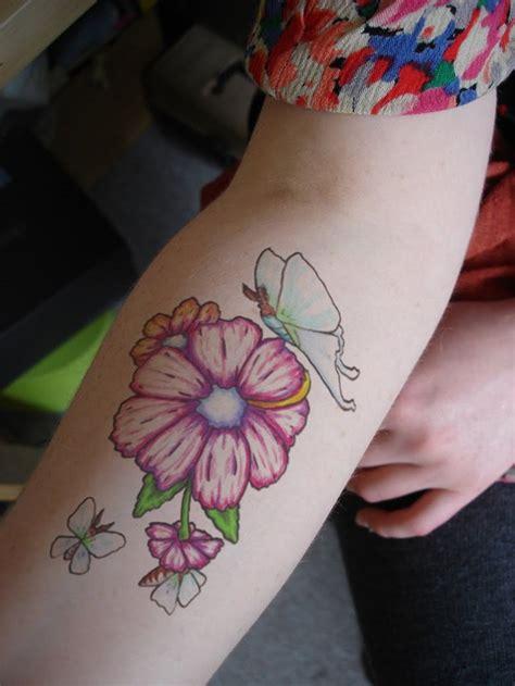 tatuaggi farfalle colorate e fiori tatuaggi avambraccio 50 idee originali per e per lui