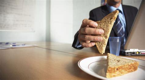 sveltina in ufficio i rischi desk come fare una pausa pranzo sana