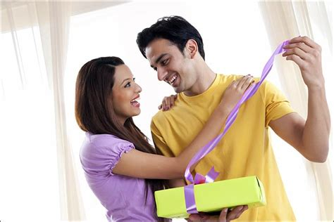 Gift Cards For Engaged Couples - 10 engagement gift ideas for couples