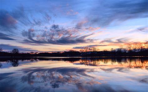 beautiful lake beautiful sky 배경 화면 아름다운 일몰 침착 호수 물에 반사 해안 나무 하늘 구름 2560x1600 hd 그림 이미지