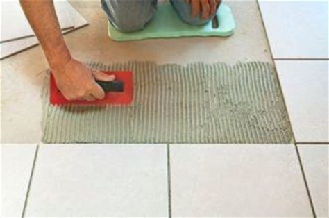 piastrelle incollate su piastrelle pavimento in ceramica impeccabile dalla posa alla