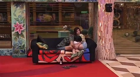 quickie in the bathroom bigg boss 11 puneesh sharma tries to convince bandgi