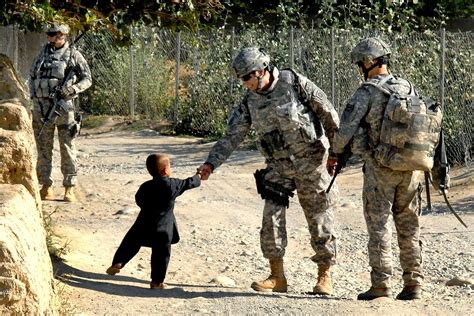 army couple wallpaper hd us army shake hand with little boy wallpaper hd wallpapers