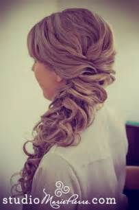 Prom hairstyle design for long wavy hair via