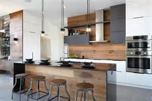 armoires de cuisine en thermoplastique acrylux et bois de