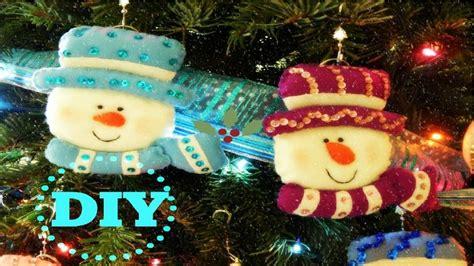 apreciamos un rbol de navidad hecho de nieve en su inferior con corona de navidad con mu 241 ecos de nieve hecho en fieltro