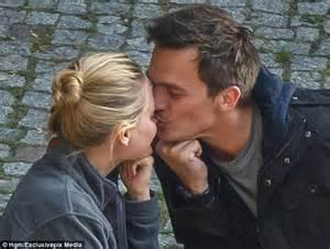 Harry Chairs Rupert Friend Kisess Fianc 233 E Aimee Mullins Nose On