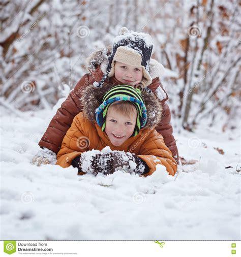 Zwei Kleine Kinder Jungenbr 252 Der Die Drau 223 En Im Schnee