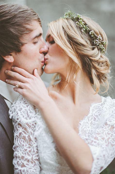 Hochzeitsfrisur Geflochten Blumen by Brautfrisuren Offen Halboffen Oder Hochgesteckt 100