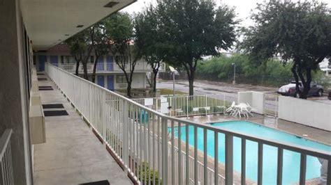 banken pool picknick banken bij de kamers picture of motel 6
