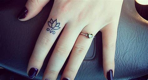 finger tattoo after years finger tattoo 15 tatouages de doigts qui vont vous