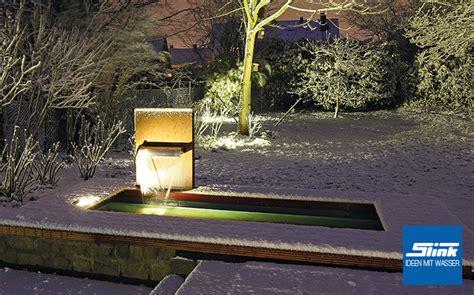 gartenbrunnen wasserfall stele aus corten ein wasserfall