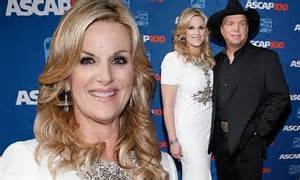 trisha yearwood supports husband garth brooks as he s honoured at ascap gala daily mail online