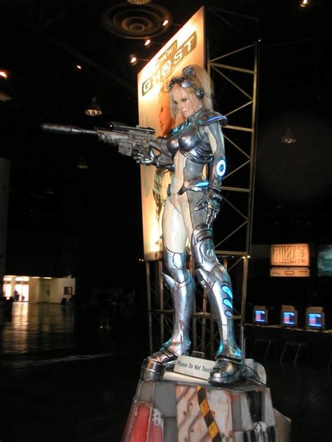 amazing life sized starcraft queen of blades statue photo world of warcraft fans sport wild costumes at blizzcon