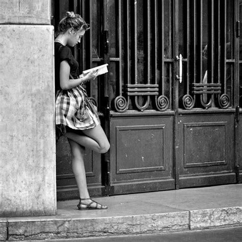 street photography manuale del las fotos mas alucinantes chica leyendo