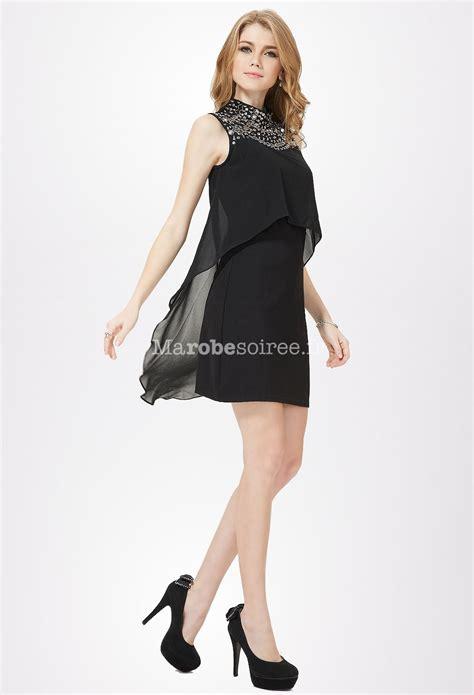 Petite Robe Noire Avec Col En Bijoux En Mousseline