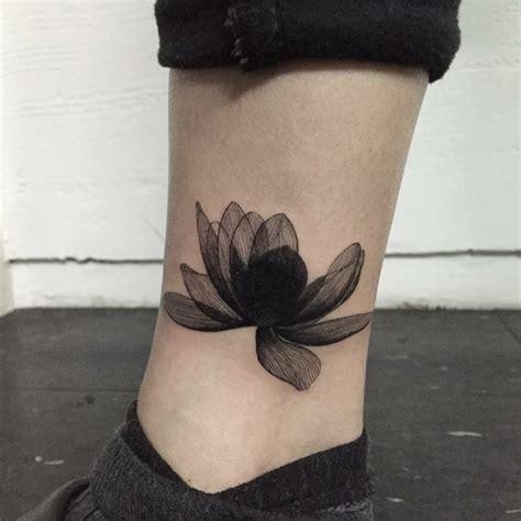 tatuaggi fiori di loto uomo tatuaggi sulla caviglia un fiore di loto particolare con