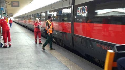 stazione di torino porta nuova l arrivo di un treno alla stazione di torino porta nuova