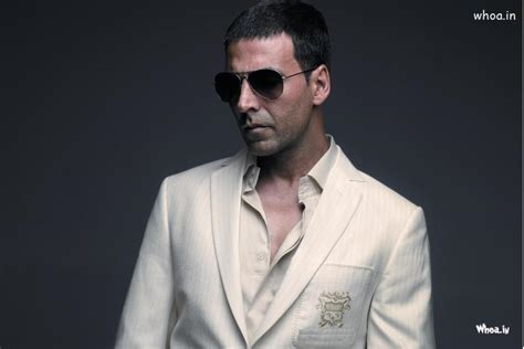 akshay kumar in white highlited hair style pic akshay kumar white suit wallpaper