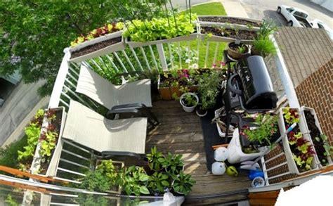 gardening balkon kleiner balkon gelaender pflanzkuebel grill ideen