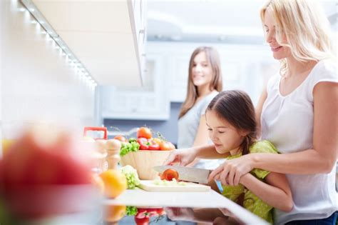 mama e hija cocinando mother teaching her daughter how to cook photo free download