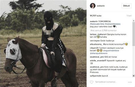 Awkarin Black pose pakai bra awkarin disindir pemuja setan dan pendukung kabar berita artikel