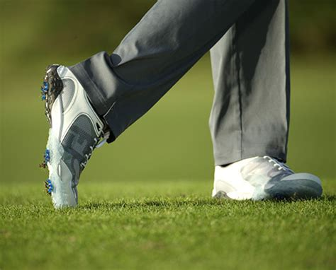 sporting golf shoes how to buy golf shoes pro tips by s sporting goods