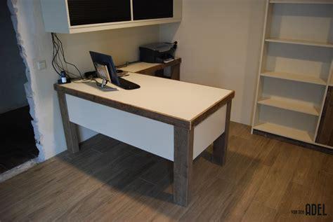 bureau of met boekenkastopstelling u vorm met bureau oud hout den