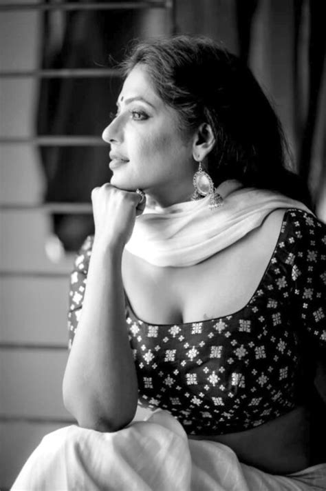 Reshma Pasupuleti hot saree photos - Hoistore