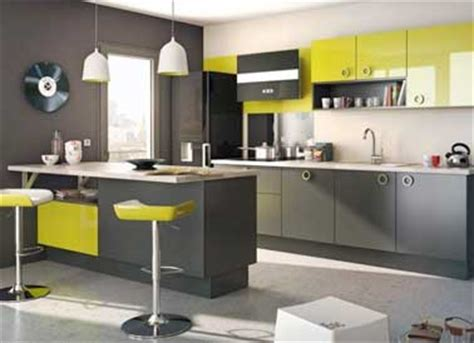cuisine verte et grise cuisine grise avec tabourets bar et meuble vert anis lapeyre