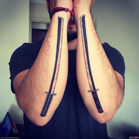 男子双手前臂上的武士刀纹身图案