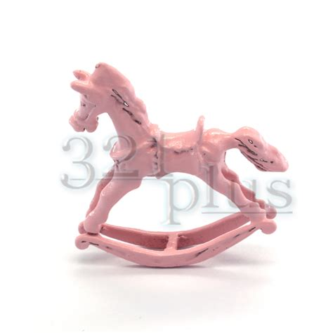 kinderzimmer deko pink miniatur schaukelpferd deko puppenhaus spielzeug pink