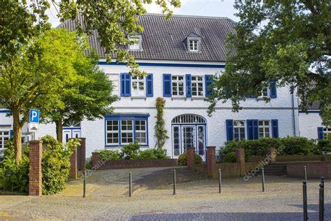 casa alemana casa alemana antigua con puerta de madera y ventanas con