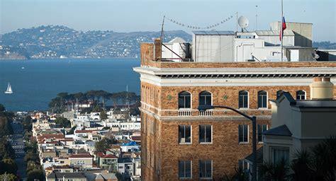 consolato russo in italia usa uomini al lavoro sul tetto consolato russo di san