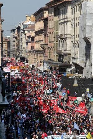 oggi sciopero banche cgil in trentamila al corteo foto antagonisti contro